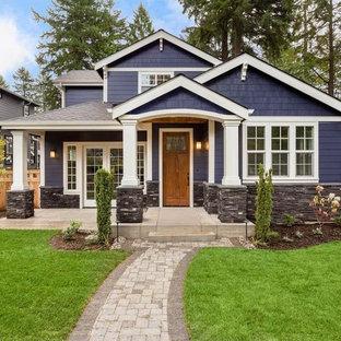 Foto de fachada de casa azul, clásica, de tamaño medio, de dos plantas, con tejado de teja de madera, revestimientos combinados y tejado a cuatro aguas