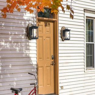 Foto della facciata di un appartamento piccolo bianco classico a due piani con rivestimento in legno, tetto a capanna e copertura mista