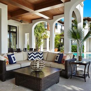 Неиссякаемый источник вдохновения для домашнего уюта: белый, огромный, двухэтажный частный загородный дом в морском стиле с облицовкой из цементной штукатурки и черепичной крышей