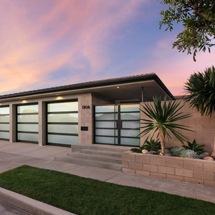 Design ideas for a large and gey retro one floor render exterior in Orange County.