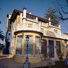 Traditional Exterior by COLECCION ALEXANDRA