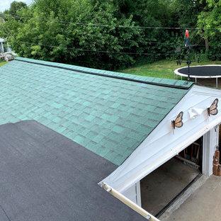 Foto på ett amerikanskt vitt hus, med allt i ett plan, sadeltak och levande tak