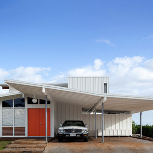 This is an example of a mid-sized midcentury one-storey white exterior in Hawaii.