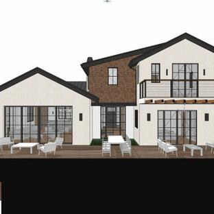 ロサンゼルスの中くらいのトランジショナルスタイルのおしゃれな家の外観 (石材サイディング、混合材屋根、黒い屋根、ウッドシングル張り) の写真