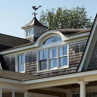 Imagen de fachada de casa gris, marinera, de tamaño medio, de dos plantas, con revestimiento de madera, tejado a doble faldón y tejado de teja de madera