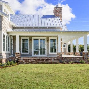 Ejemplo de fachada gris, marinera, de tamaño medio, de dos plantas, con revestimiento de madera y tejado a dos aguas