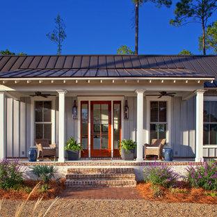 Стильный дизайн: одноэтажный, серый дом среднего размера в стиле кантри с облицовкой из ЦСП - последний тренд