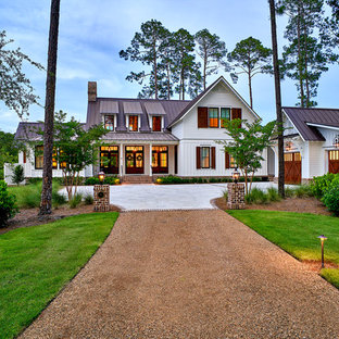 Idéer för stora lantliga vita hus, med två våningar, fiberplattor i betong och sadeltak