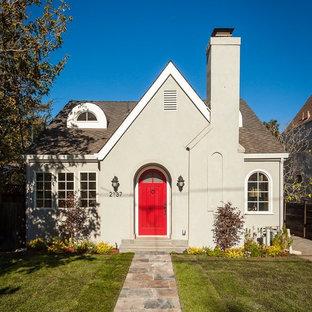 サンフランシスコの小さいトラディショナルスタイルのおしゃれな家の外観 (漆喰サイディング、ベージュの外壁) の写真