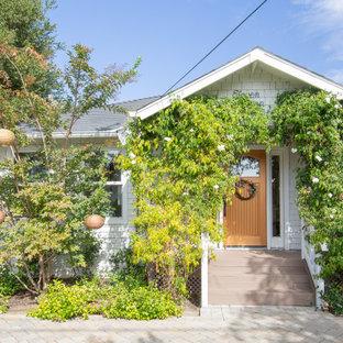 サンフランシスコのトランジショナルスタイルのおしゃれな家の外観 (グレーの屋根、ウッドシングル張り) の写真
