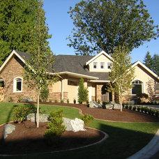 Craftsman Landscape by Sonbuilt Custom Homes Ltd.