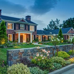Ispirazione per la facciata di una casa ampia multicolore classica con rivestimento in mattoni e tetto a capanna