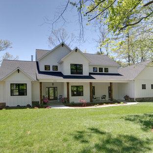 Inspiration för ett lantligt vitt hus, med två våningar och blandad fasad