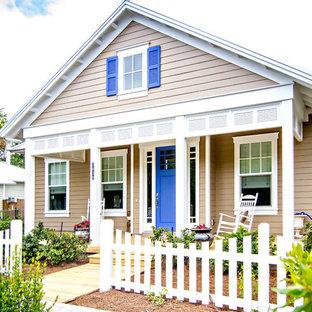 Diseño de fachada beige, marinera, de tamaño medio, de una planta, con revestimiento de vinilo y tejado a dos aguas