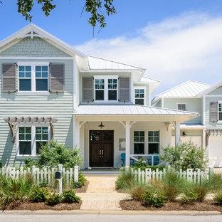 Неиссякаемый источник вдохновения для домашнего уюта: двухэтажный, зеленый частный загородный дом в морском стиле с комбинированной облицовкой, вальмовой крышей, металлической крышей и белой крышей