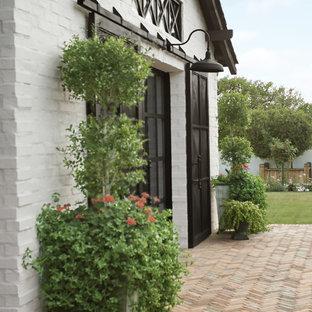 フェニックスのトラディショナルスタイルのおしゃれな家の外観 (塗装レンガ) の写真