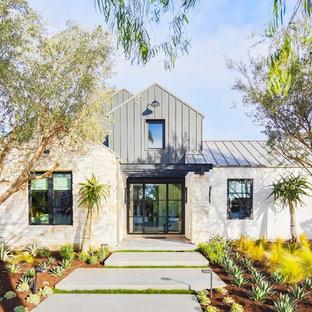 Idéer för ett stort lantligt beige hus, med två våningar, sadeltak och tak i metall