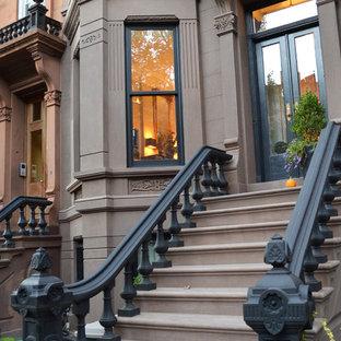 ニューヨークのトラディショナルスタイルのおしゃれな家の外観 (コンクリートサイディング、グレーの外壁、タウンハウス) の写真
