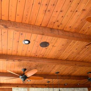 Inspiration för ett mellanstort funkis beige trähus, med allt i ett plan, sadeltak och tak i shingel