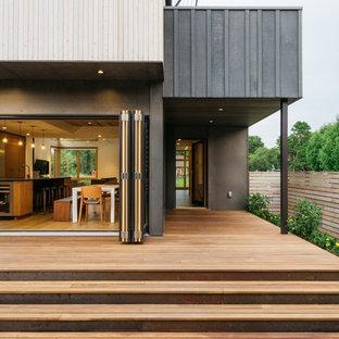 他の地域のコンテンポラリースタイルのおしゃれな家の外観 (木材サイディング、マルチカラーの外壁、半切妻屋根、戸建、板屋根) の写真