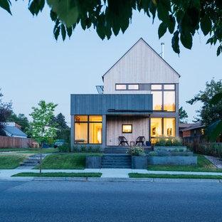Пример оригинального дизайна: маленький, двухэтажный, деревянный, разноцветный частный загородный дом в скандинавском стиле с полувальмовой крышей и крышей из гибкой черепицы