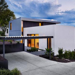 Foto della facciata di una casa moderna con rivestimento in metallo
