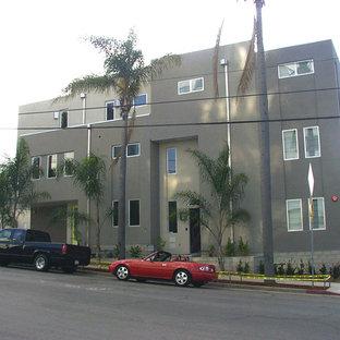 Idee per la facciata di un appartamento grande grigio moderno a tre o più piani con rivestimento in stucco e tetto piano