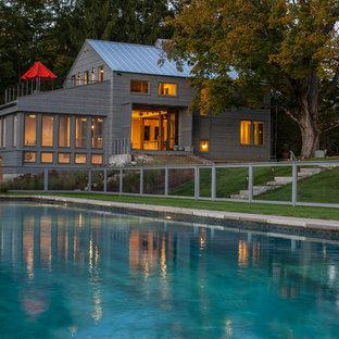ブリッジポートのトランジショナルスタイルのおしゃれな家の外観 (グレーの外壁) の写真