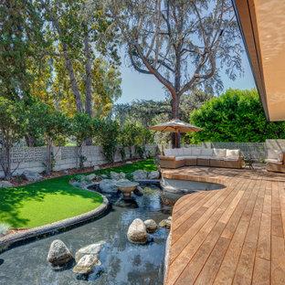 ロサンゼルスのミッドセンチュリースタイルのおしゃれな家の外観 (コンクリートサイディング、アパート・マンション) の写真