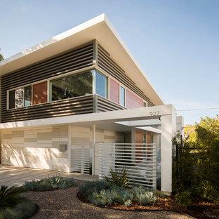 Esempio della facciata di una casa grigia moderna a due piani di medie dimensioni con rivestimento in metallo