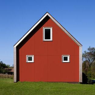 Imagen de fachada roja, de estilo de casa de campo, con tejado a dos aguas