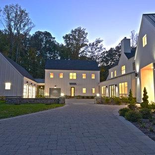 Ispirazione per la facciata di una casa bianca country a due piani