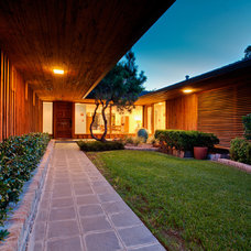 Modern Entry by PBH Construction