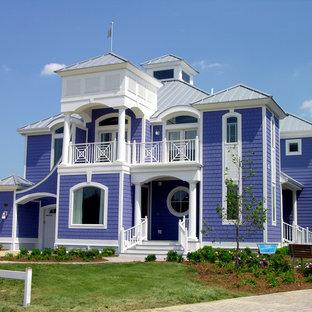 Immagine della facciata di una casa unifamiliare grande viola stile marinaro a due piani con rivestimento in legno, tetto a padiglione e copertura in metallo o lamiera