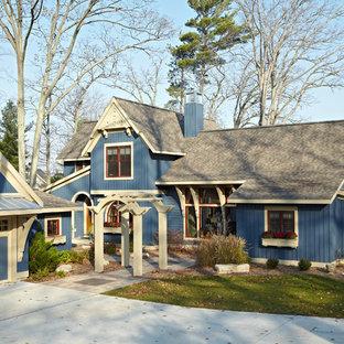 Foto della facciata di una casa blu vittoriana