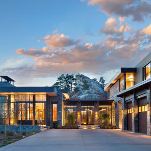 Идея дизайна: огромный, двухэтажный, серый частный загородный дом в современном стиле с плоской крышей