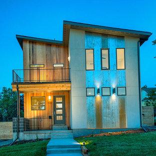 Imagen de fachada gris, ecléctica, grande, con revestimiento de madera y tejado plano