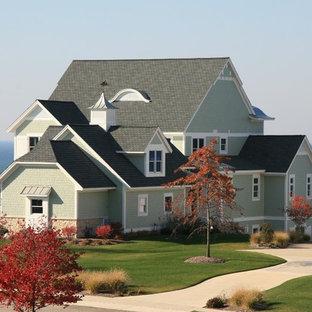 Diseño de fachada de casa verde, costera, de tres plantas, con revestimiento de aglomerado de cemento, tejado a dos aguas y tejado de varios materiales