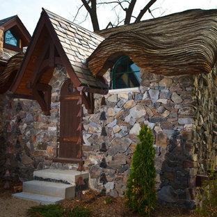 ミルウォーキーの小さいエクレクティックスタイルのおしゃれな家の外観 (石材サイディング) の写真