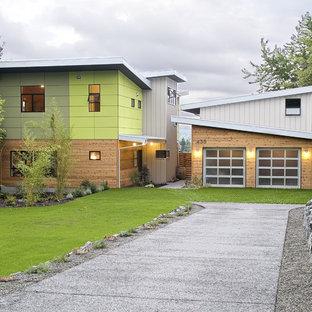 シアトルのコンテンポラリースタイルのおしゃれな陸屋根の家 (木材サイディング、アパート・マンション) の写真