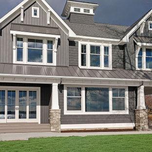 Exemple d'une façade de maison grise craftsman à un étage avec un revêtement en vinyle, un toit à deux pans et un toit mixte.