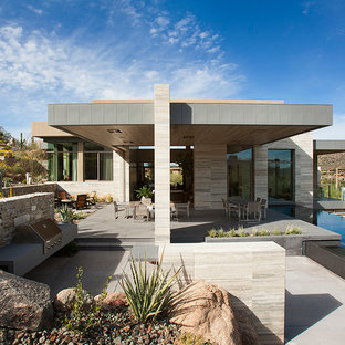 Immagine della facciata di una casa unifamiliare ampia grigia contemporanea con tetto piano e copertura in metallo o lamiera