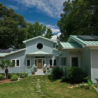 Imagen de fachada de casa azul, bohemia, extra grande, de tres plantas, con revestimiento de metal, tejado a dos aguas y tejado de metal