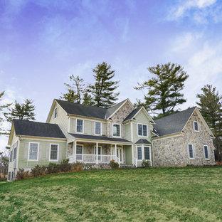 Imagen de fachada de casa verde, tradicional, de tres plantas, con revestimientos combinados