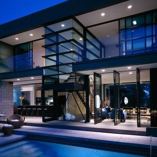 Свежая идея для дизайна: двухэтажный, стеклянный дом в стиле модернизм - отличное фото интерьера