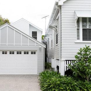 Modelo de fachada de casa gris, ecléctica, de tamaño medio, de dos plantas, con revestimiento de madera, tejado a dos aguas y tejado de metal