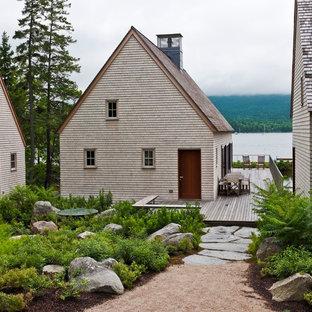 Foto de fachada contemporánea con revestimiento de madera y tejado a dos aguas