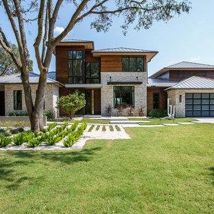 Inspiration för ett stort funkis flerfärgat hus, med två våningar, tak i metall och valmat tak