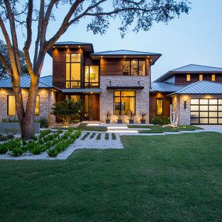 Idéer för att renovera ett stort funkis flerfärgat hus, med två våningar, tak i metall, blandad fasad och valmat tak