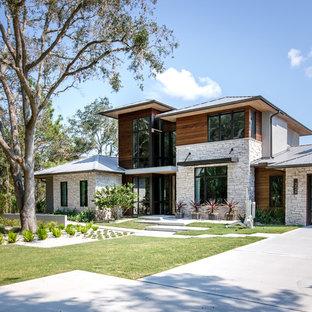 Пример оригинального дизайна: большой, двухэтажный, деревянный частный загородный дом в современном стиле с металлической крышей